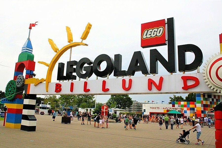 De ingang van Legoland Billund - Foto: © Adri van Esch