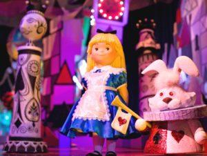 Alice uit Wonderland in It's a Small World - Foto: (c) Disney