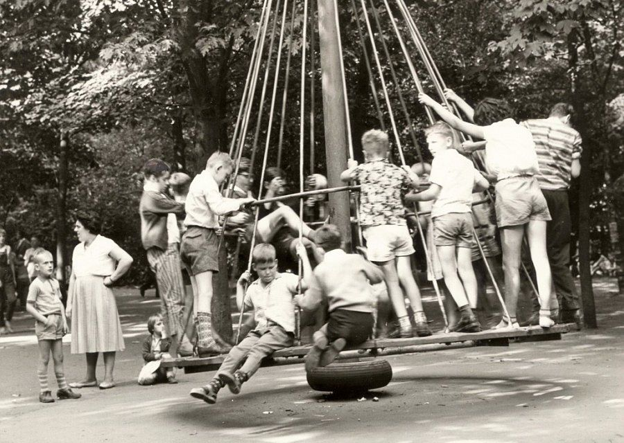 De Heksenhoed, in de jaren 50 een populair speeltoestel in de Efteling