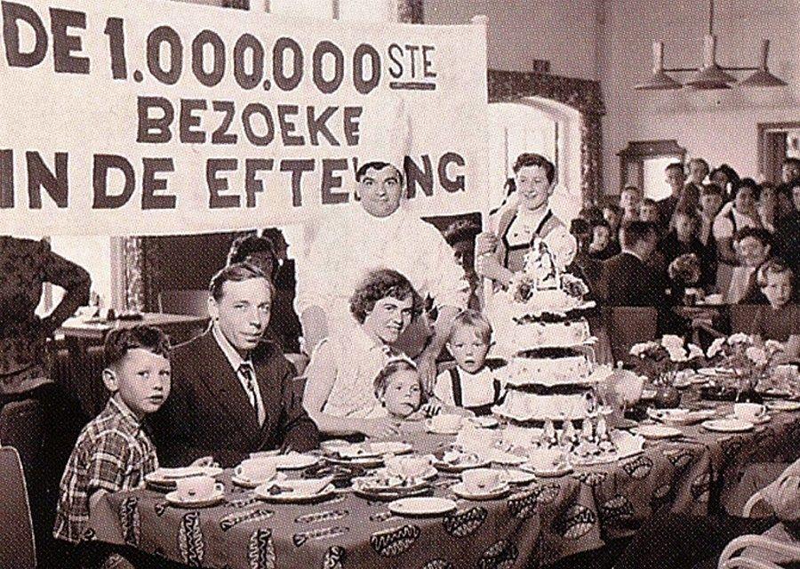De miljoenste bezoeker sinds de opening van de Efteling wordt in 1954 feestelijk onthaald