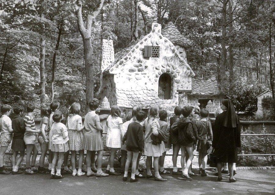 Vanaf 1955 trekt het huisje van de heks met Hans en Grietje veel aandacht in het Sprookjesbos van de Efteling