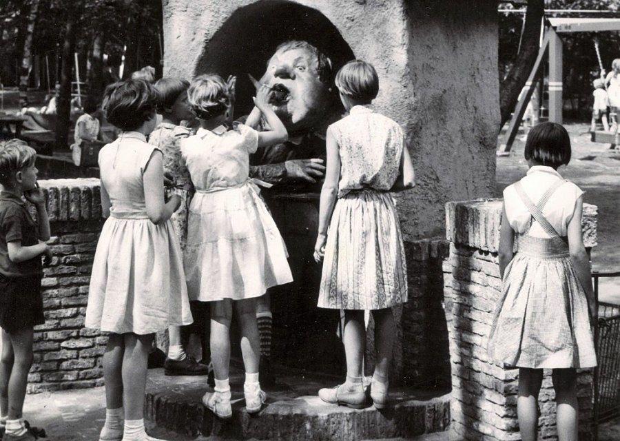De eerste Holle Bolle Gijs (1959) tussen speeltuin en Anton Pieckplein in de Efteling