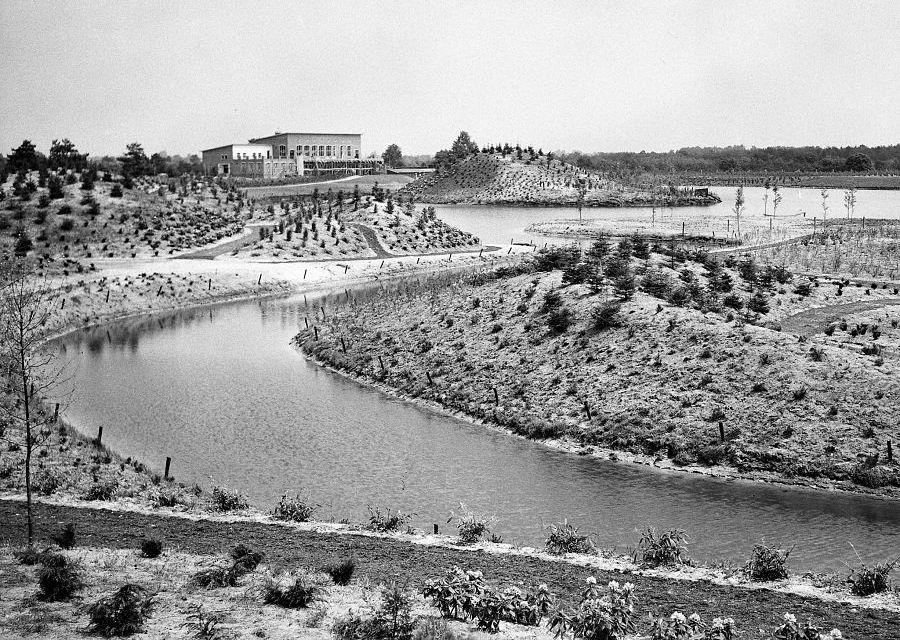 In 1953 wordt het café-restaurant gebouwd aan de grote siervijver van de Efteling - Foto: Nationaal Archief / Heidemij