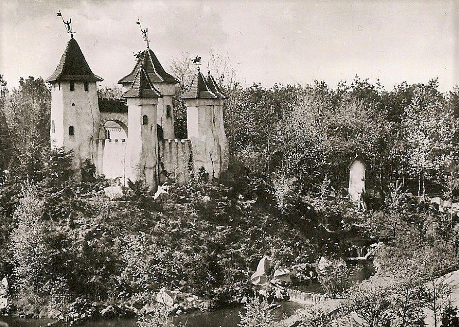 Het kasteel van Doornroosje in de Efteling in de jaren 50 - Ansichtkaart uit eigen collectie