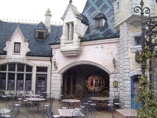 Binnenpleintje bij Auberge de Cendrillon - Foto: Adri van Esch, Parkplanet