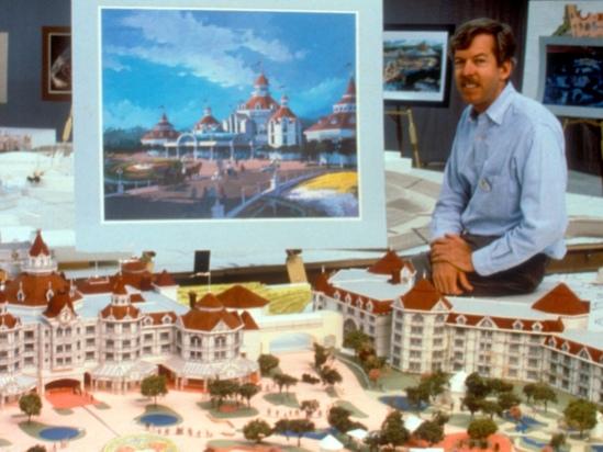 Tony Baxter begin jaren negentig, bij een model van het Disneyland Hotel - Foto: (c) Disney