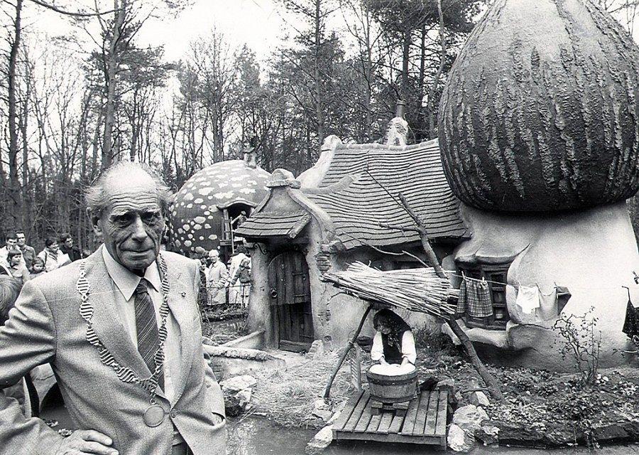 Anton Pieck bij de opening van de uitbreiding van het Kabouterdorp in de Efteling