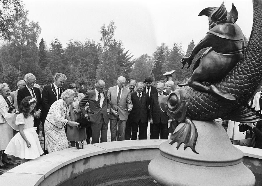 Prinses Juliana opent samen met Anton Pieck en Efteling-directeur Ten Bruggencate de wensbron - Foto: Rob C. Croes / Nationaal Archief / Anefo