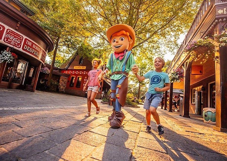 Mascotte Bobbie met jonge gasten in Bobbejaanland