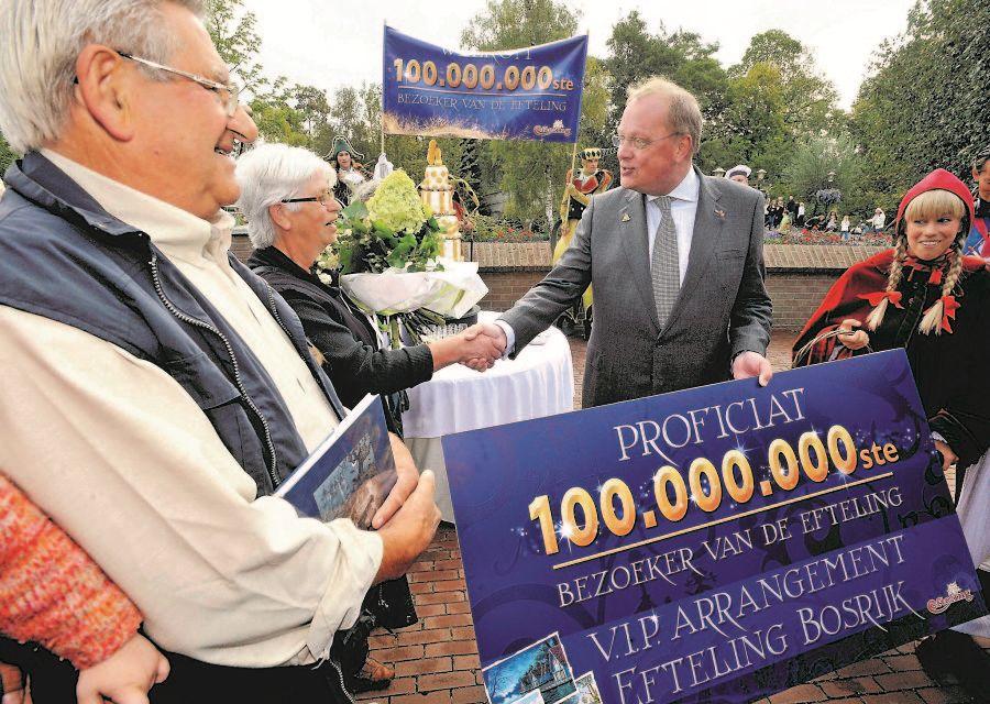 De 100 miljoenste bezoeker van de Efteling wordt verrast door directeur Bart de Boer en Roodkapje