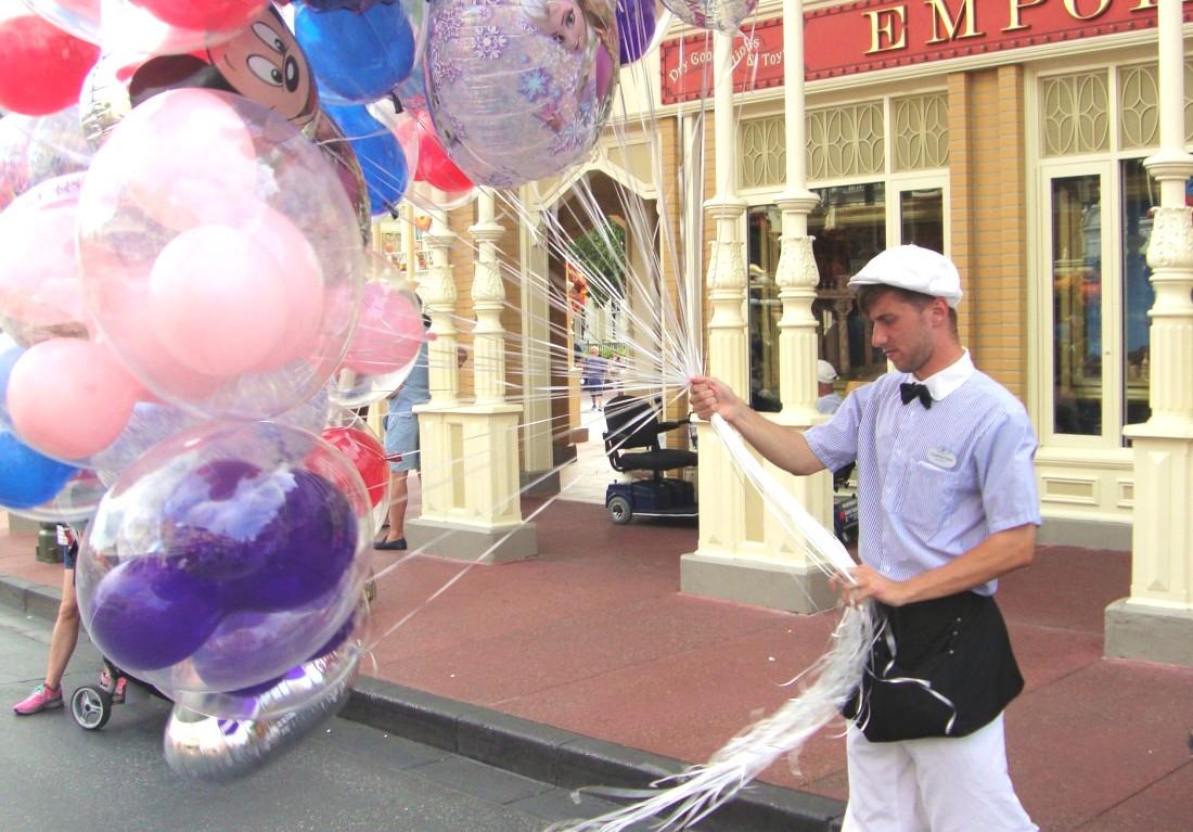 Ballonnenverkoper in Main Street USA in het Magic Kingdom - Foto: (c) Parkplanet
