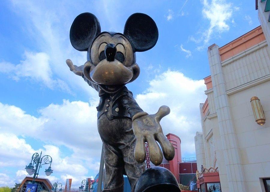 Mickey Mouse voor de World of Disney in Disney Village in Disneyland Paris – Foto: © Adri van Esch