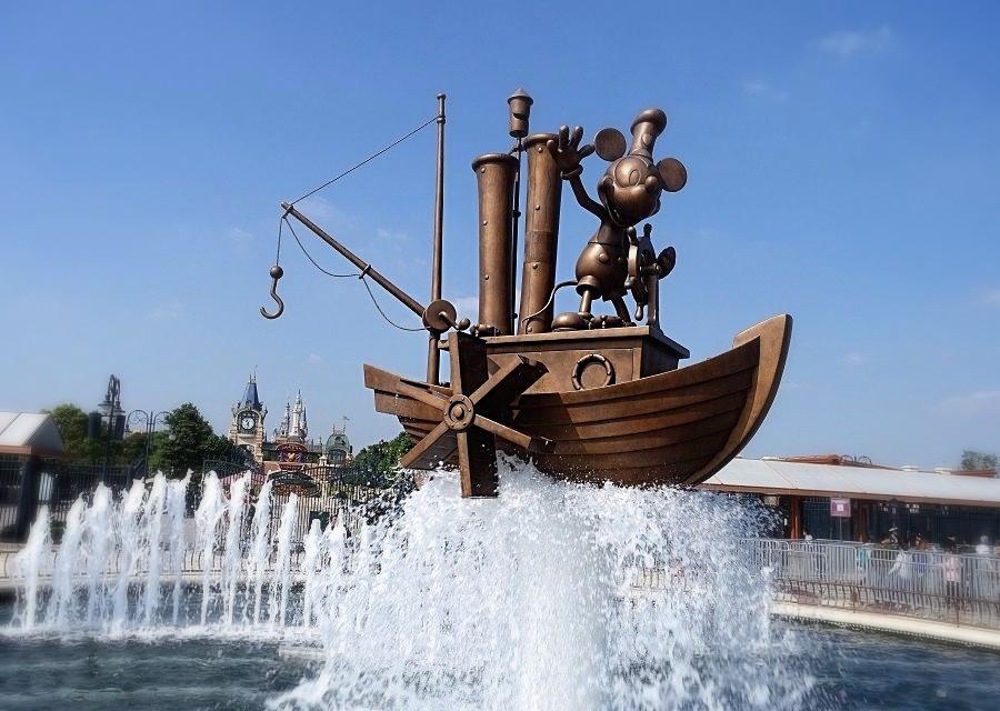 Entree van Shanghai Disneyland - Foto: © Adri van Esch