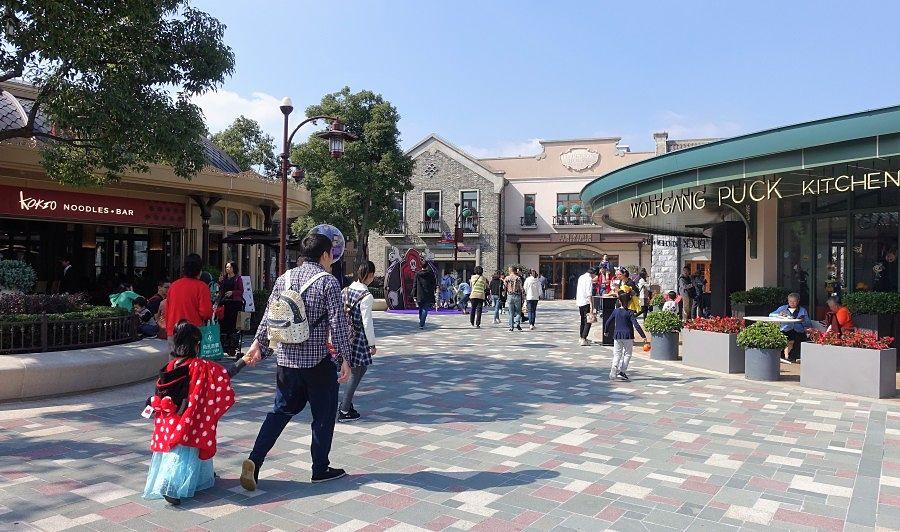 Mickeytown naast Shanghai Disneyland - Foto: © Adri van Esch