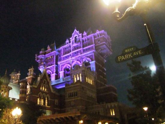 De Tower of Terror in DisneySea bij avond - Foto: (c) Parkplanet