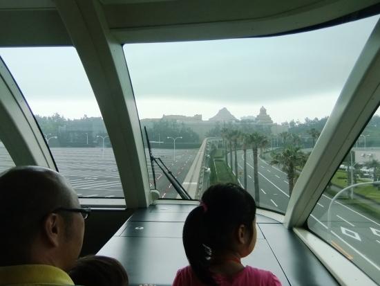 Zicht vanuit de monorail die rondom Tokyo Disney Resort loopt - Foto: (c) Parkplanet
