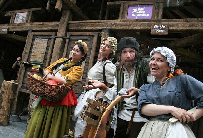 Inwoners van Klugheim in Phantasialand - © Foto: Adri van Esch