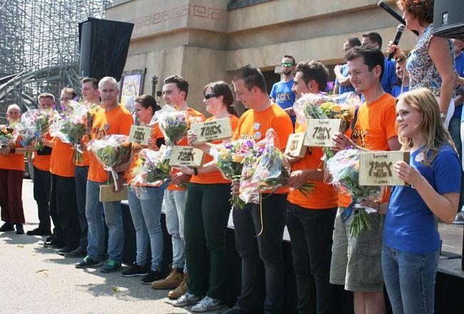 In het oranje: de deelnemers aan de Troy Coaster Challenge in Toverland - Foto: © Adri van Esch