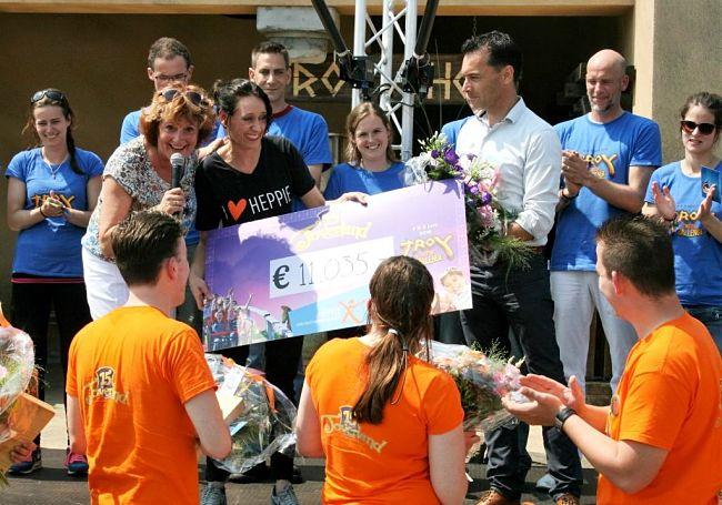 11.025 euro, de opbrengst van de Troy Coaster Challenge in Toverland - Foto: © Adri van Esch