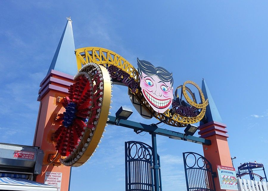 De ingang van amusementspark Luna Park op Coney Island - Foto: © Adri van Esch
