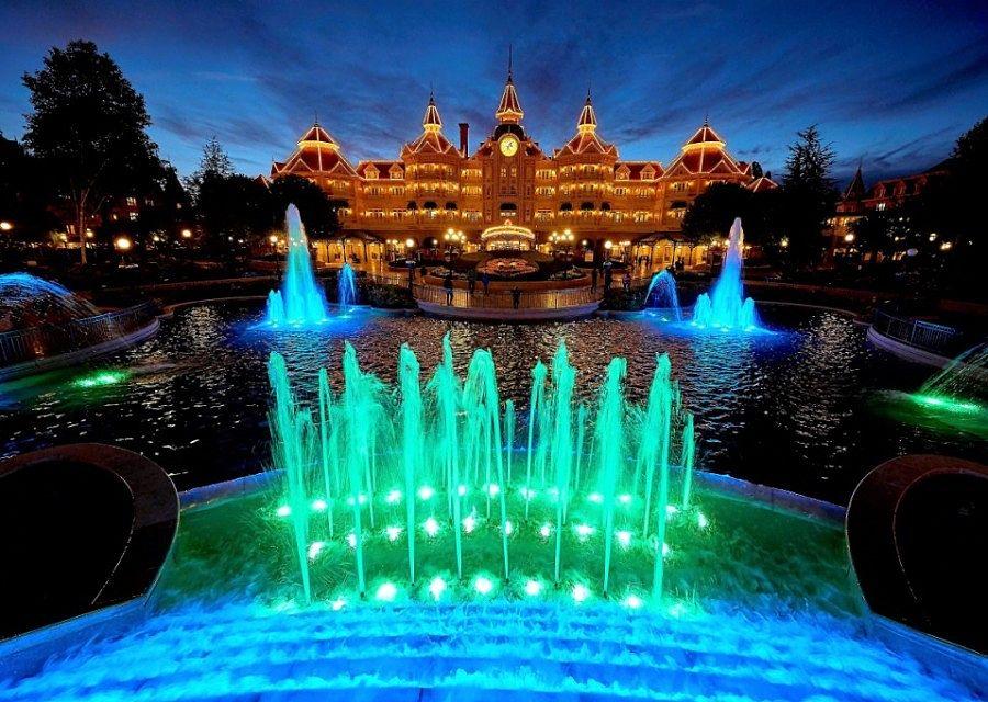 De ingang van Disneyland Paris, onder het Disneyland Hotel - Foto: © Disney