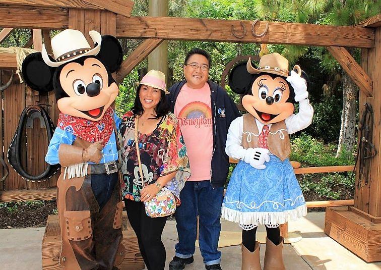 Poseren met Disney-figuren - Foto: Loren Javier (Flickr cc)