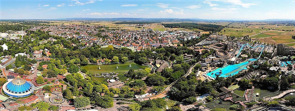Europa-Park met daarachter het dorp Rust - Foto: © Europa-Park