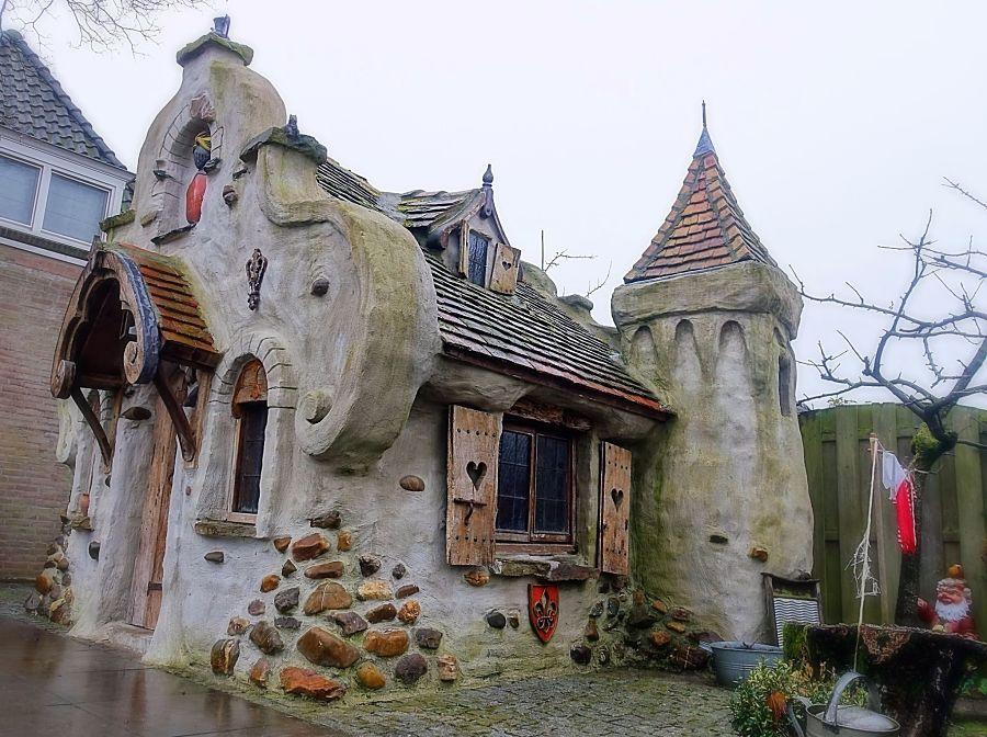 Huijze Spillebeen in de tuin van Frank de Laat - Foto: © Adri van Esch
