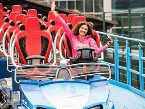 Jessica de Jong, RollerCoasterGirl 2018, in haar favoriete achtbaan Blue Fire in Europa-Park - Foto: Mack Rides