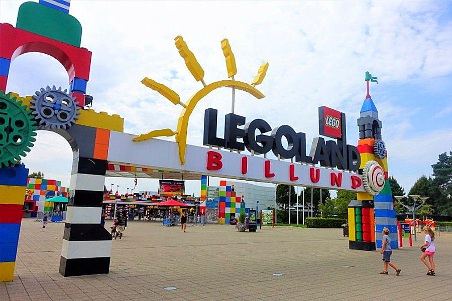Ingang van Legoland Billund - Foto: © Adri van Esch