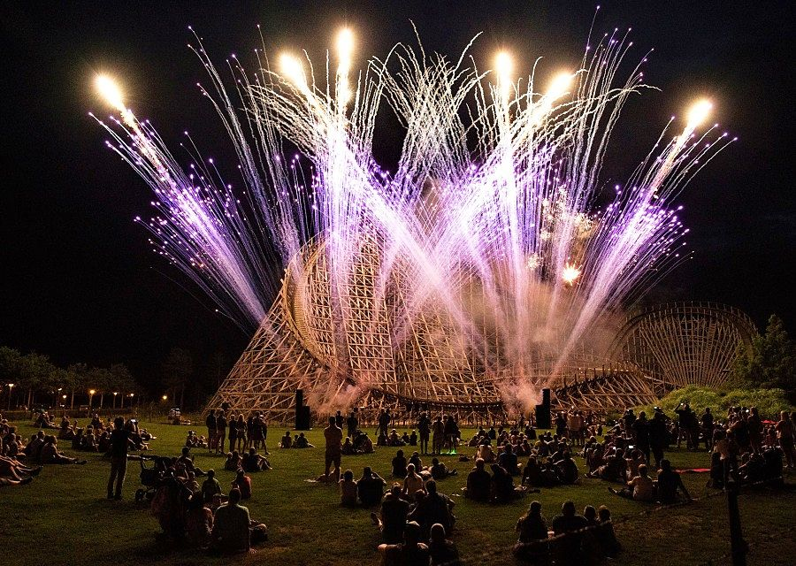 Vuurwerk als afsluiting van een Midzomeravond in Toverland