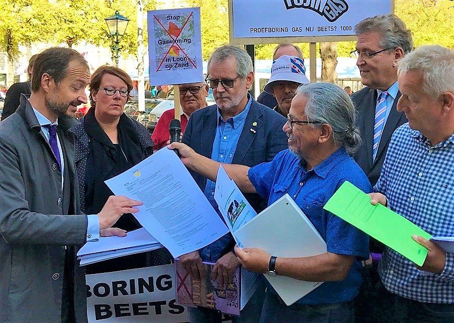 Gemeenteraadslid Peter Flohr (rechts) biedt minister Eric Wiebes een petitie en een motie tegen gaswinning in Loon op Zand aan - Foto: © Adri van Esch