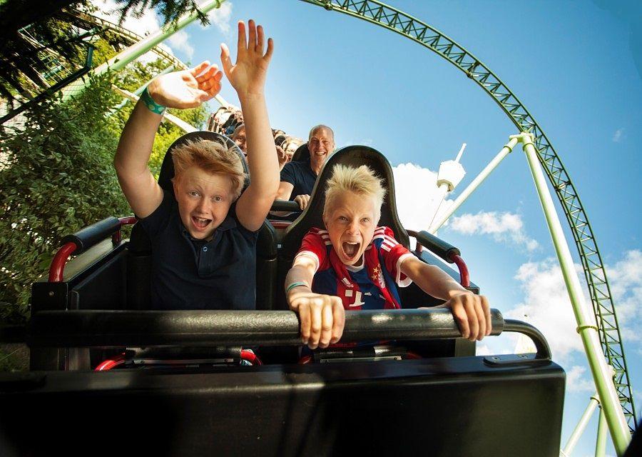 Kinderen voelen de wind in hun haren in achtbaan Lisebergbanan in Liseberg