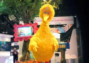 Presentatie van Big Bird uit Sesame Street door Sally Corporation - Foto: CoasterForce