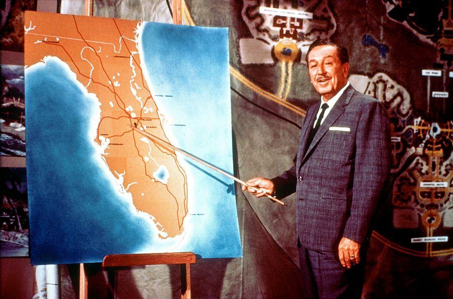 Walt Disney wijst de plek voor Disney World aan, ten zuiden van Orlando - Foto: © Disney
