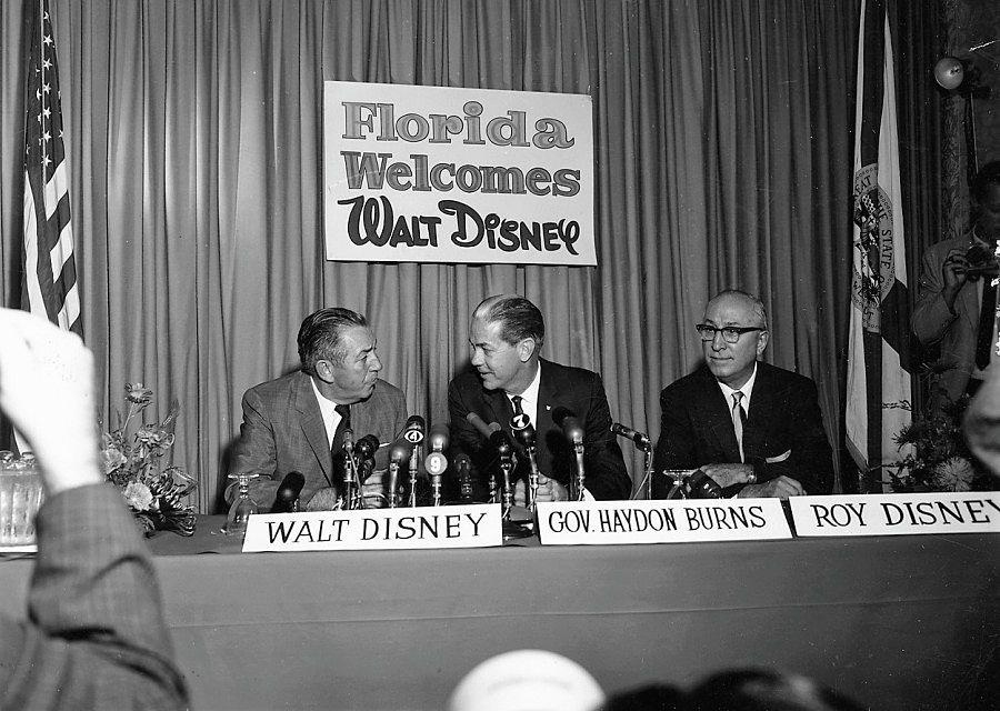 Walt Disney samen met broer Roy Disney en de gouverneur van Florida Haydon Burns tijdens de persconferentie waarin Disney World wordt aangekondigd