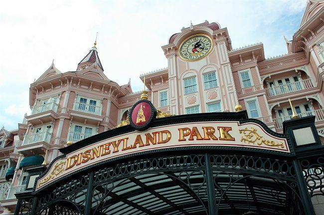 De ingang van Disneyland Park in Parijs - Foto: David Jafra, Flickr c.c.