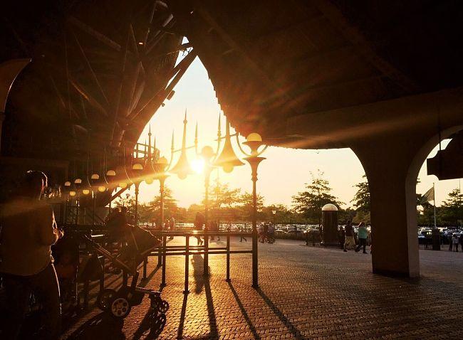 De ingang van de Efteling baadt in de avondzon - Foto: © Adri van Esch