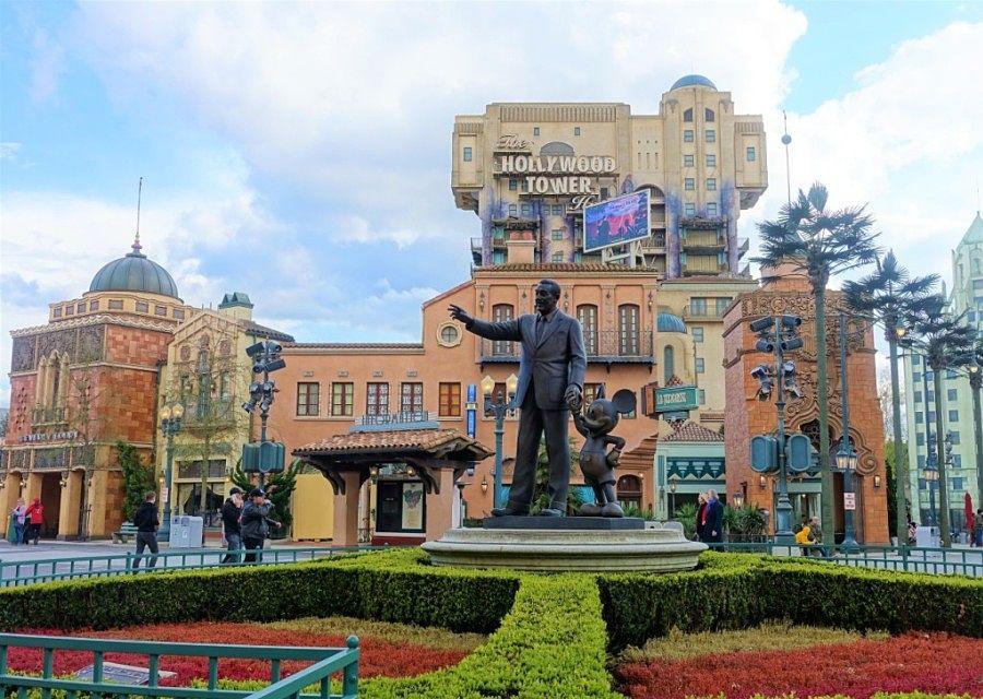 Standbeeld Partners - met Walt Disney en Mickey Mouse - en het Hollywood Tower Hotel in Walt Disney Studios in Disneyland Paris - Foto: © Adri van Esch
