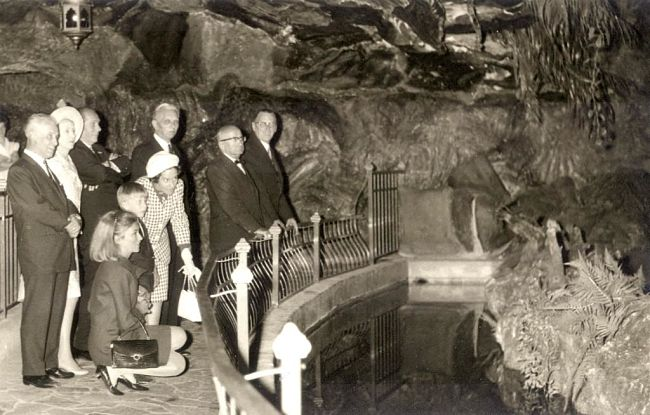 Koningin Fabiola bezoekt in 1967 De Indische Waterlelies samen met prinses Paola en prins Filip - Archieffoto: Efteling