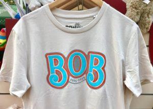 T-shirt ter nagedachtenis aan de Bob – Foto: © Adri van Esch