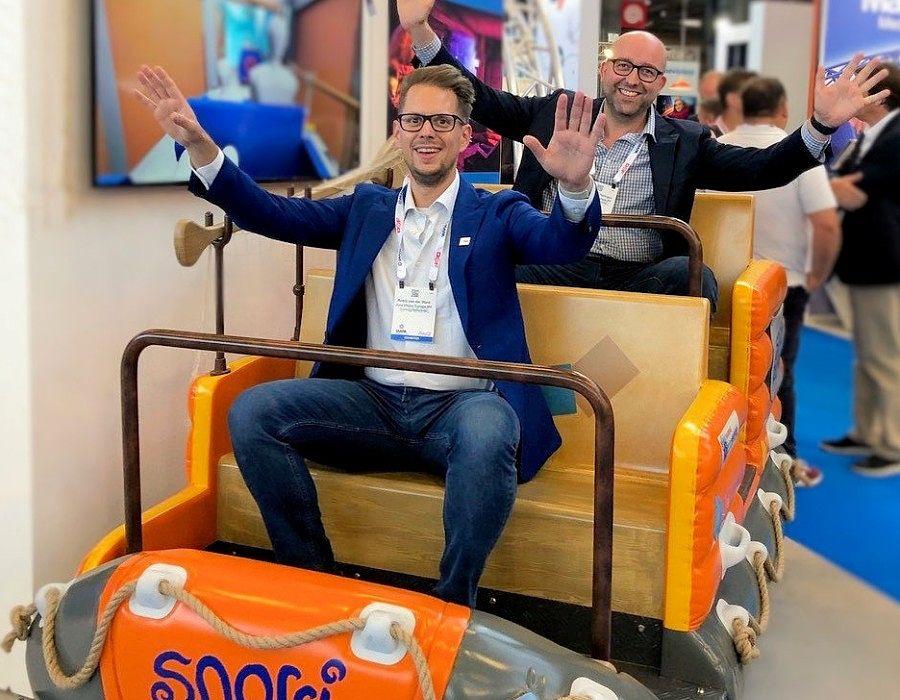 Robin van der Want (voor) en Simeon van Tellingen van Jora Vision in een voertuig van Snorri Touren in Europa-Park