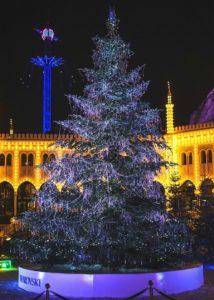 De kerstboom van Swarovski in Tivoli Gardens in Kopenhagen