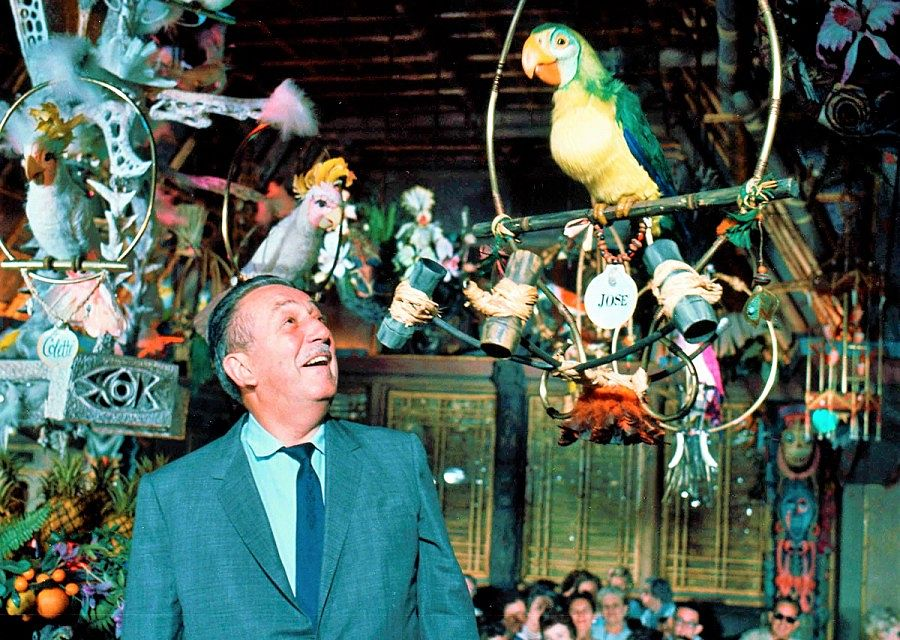 Walt Disney in de Enchanted Tiki Room in 1963  - Foto: © Disney