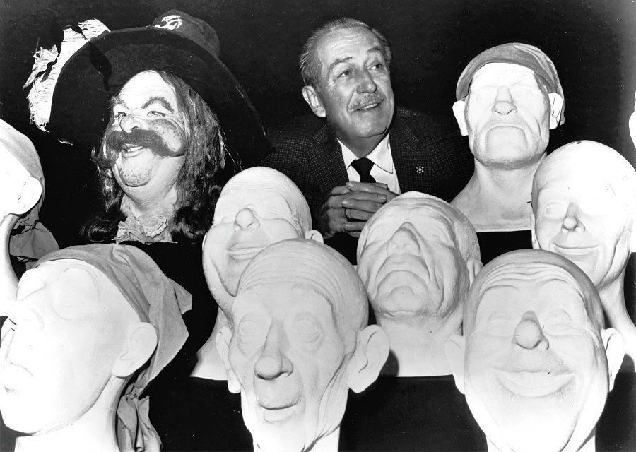 Walt Disney bij maskers voor de audio-animatronics van Pirates of the Caribbean - Foto: © Disney