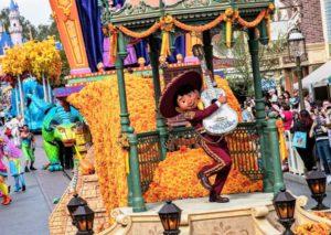 Miguel uit Coco in de parade Magic Happens in Disneyland in Californië - Foto: © Disney (Joshua Sudock)