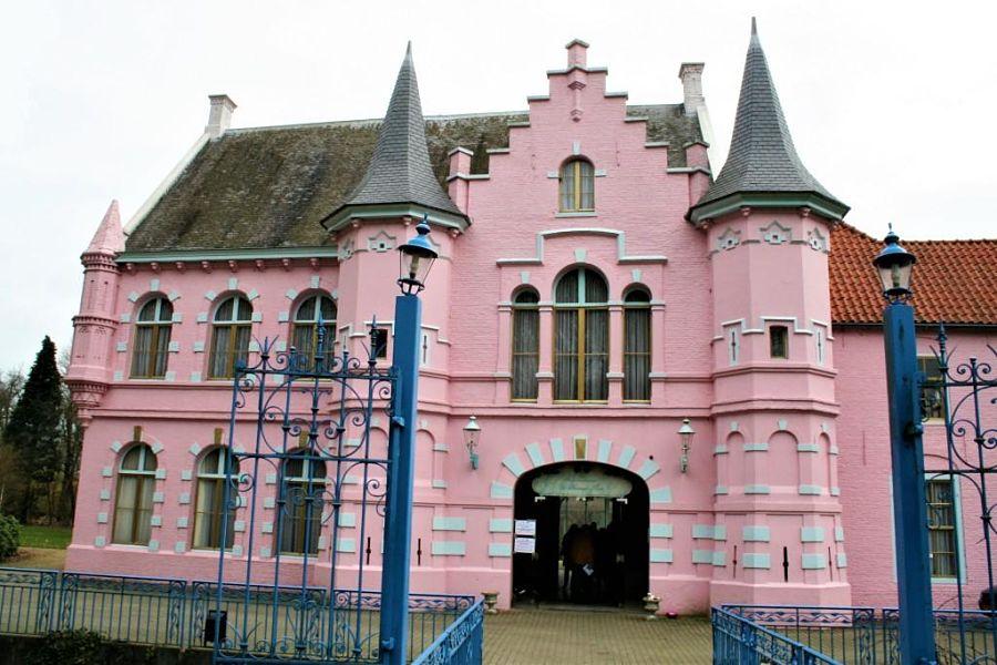 Het roze kasteel in het Land van Ooit – Foto: © Adri van Esch