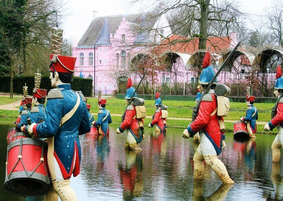 Waterloo en het roze kasteel in het Land van Ooit – Foto: © Adri van Esch