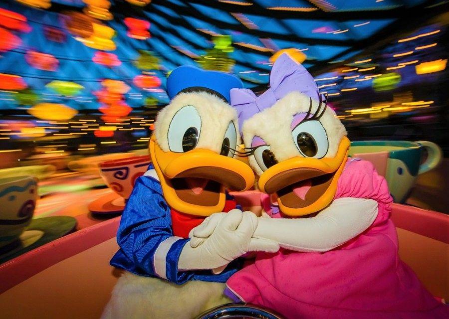 Donald en Katrien in Mad Hatter's Tea Cups in Disneyland Paris – Foto: © Disney