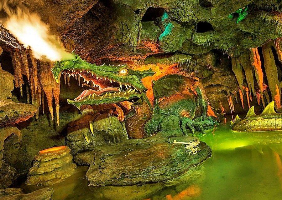 De draak onder het kasteel van Doornroosje in Disneyland Paris – Foto: © Disney